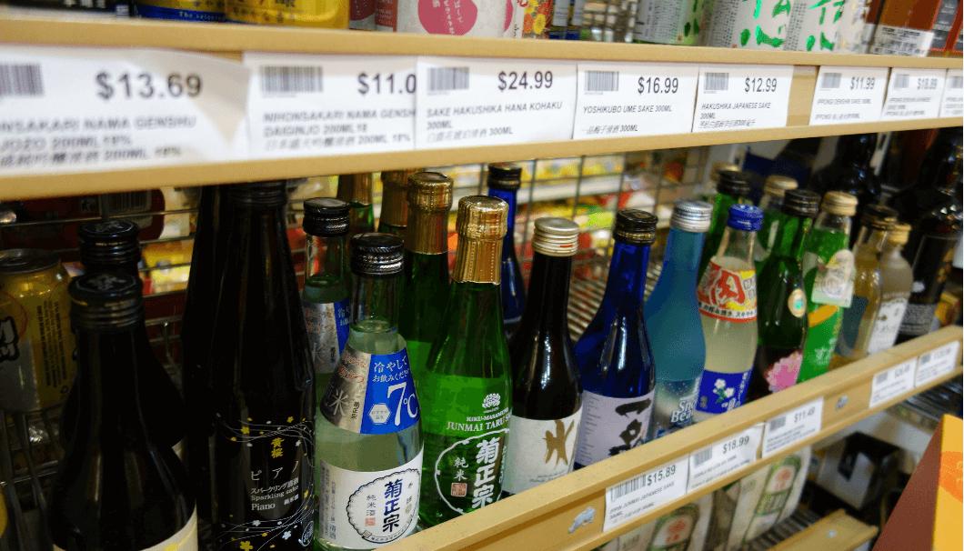 海外のスーパーに陳列されている日本酒