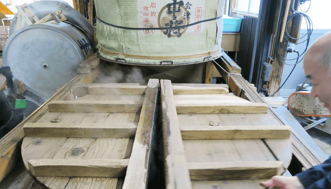 鶴乃江酒造の設備を説明する7代目当主の林平八郎さん