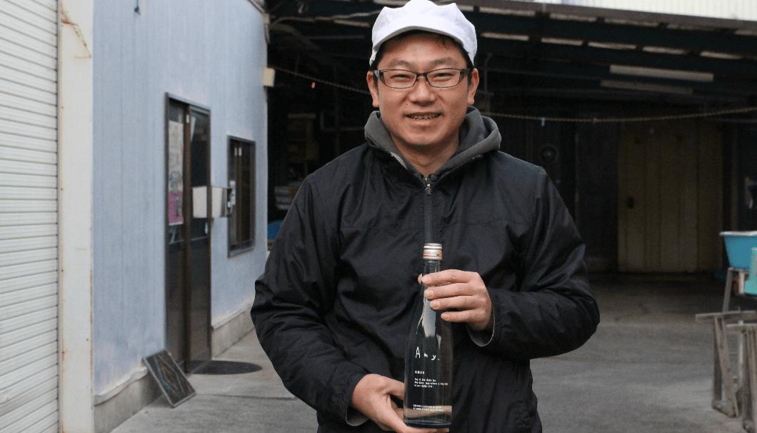 宏和日立酒造、「Any.」のボトルを持つ長岡杜氏