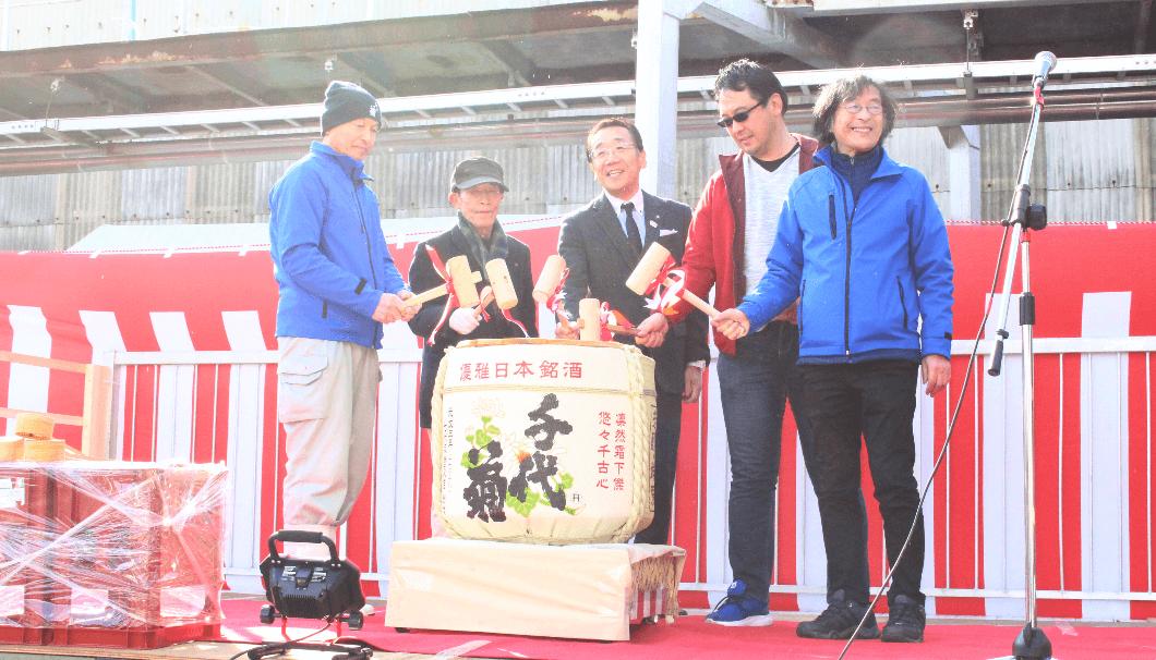 鏡割りをする松井市長や千代菊の板倉会長