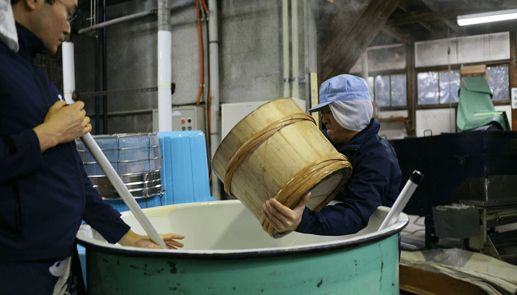 酒母は、タンクをすぐそばまで移動させて蒸米を投入する