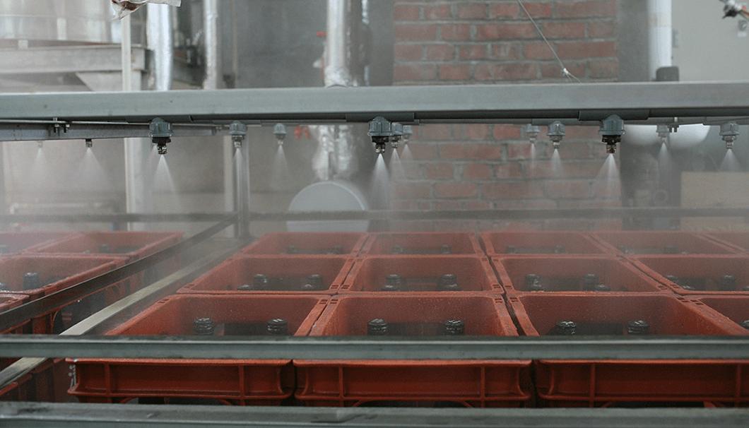 温度が上がったらなるべく早く冷却するため、井戸水をかけ続ける