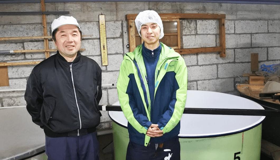 中勇酒造店の上野杜氏と蔵元後継者の中島崇文さん(右)
