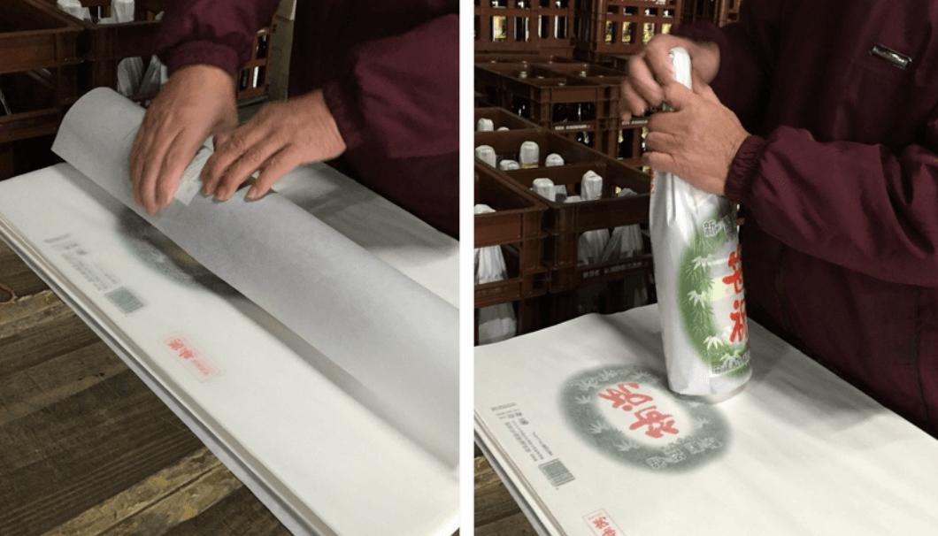 酒瓶を包む作業