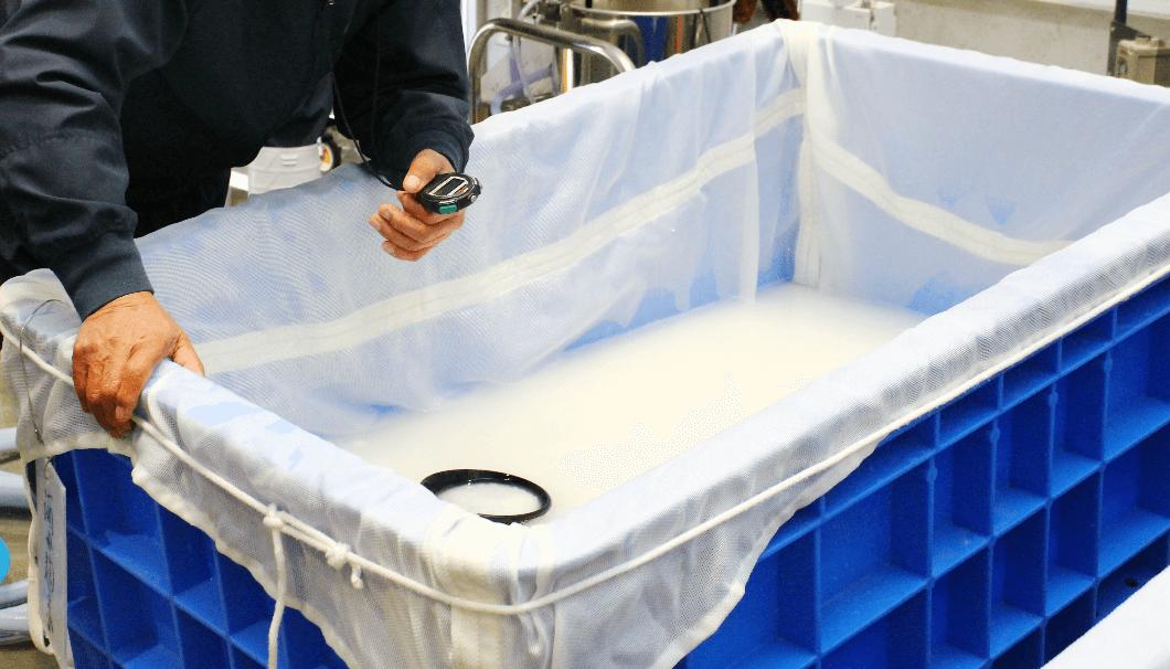 ストップウォッチを片手に引き上げタイミングを伺う浸漬工程