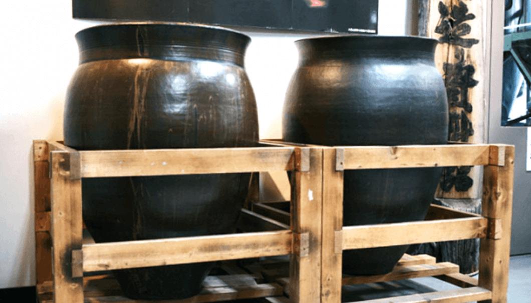 14世紀の酒造りを再現した甕仕込み