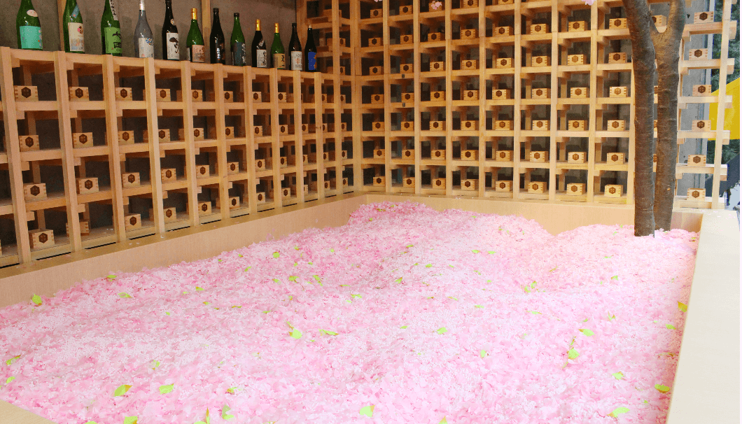 サクラチルバーで最大の見所である桜のプール