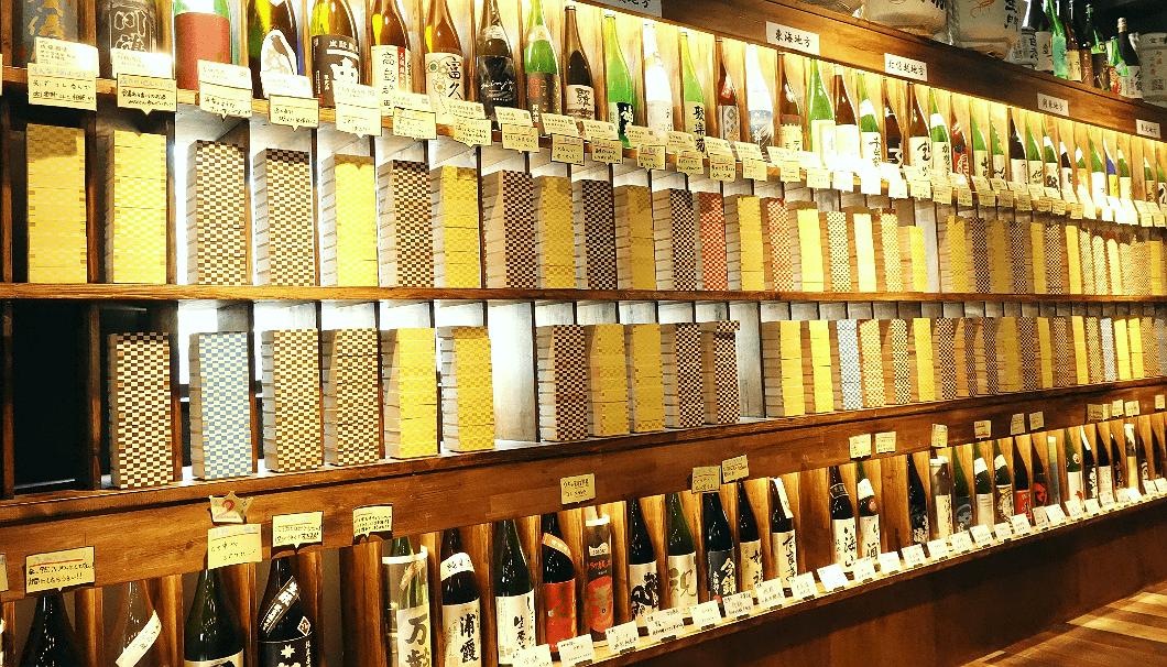 AKATSUKI NO KURA(あかつきのくら)店内の壁一面に並ぶ常時100種類を超える日本酒