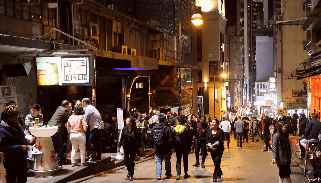 香港の夜、人々がゆきかう風景写真