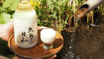 """自家栽培の酒米""""京の輝き""""で仕込むどぶろく「久多日和-くたびより-」をお盆に載せた写真"""