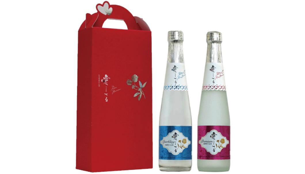 中埜酒造株式会社(愛知県半田市)は、愛知県半田市の国登録有形文化財の小栗家住宅にある「白モッコウバラ」の花酵母を使って醸した日本酒「愛してる」のボトルとケースが並んでいる写真