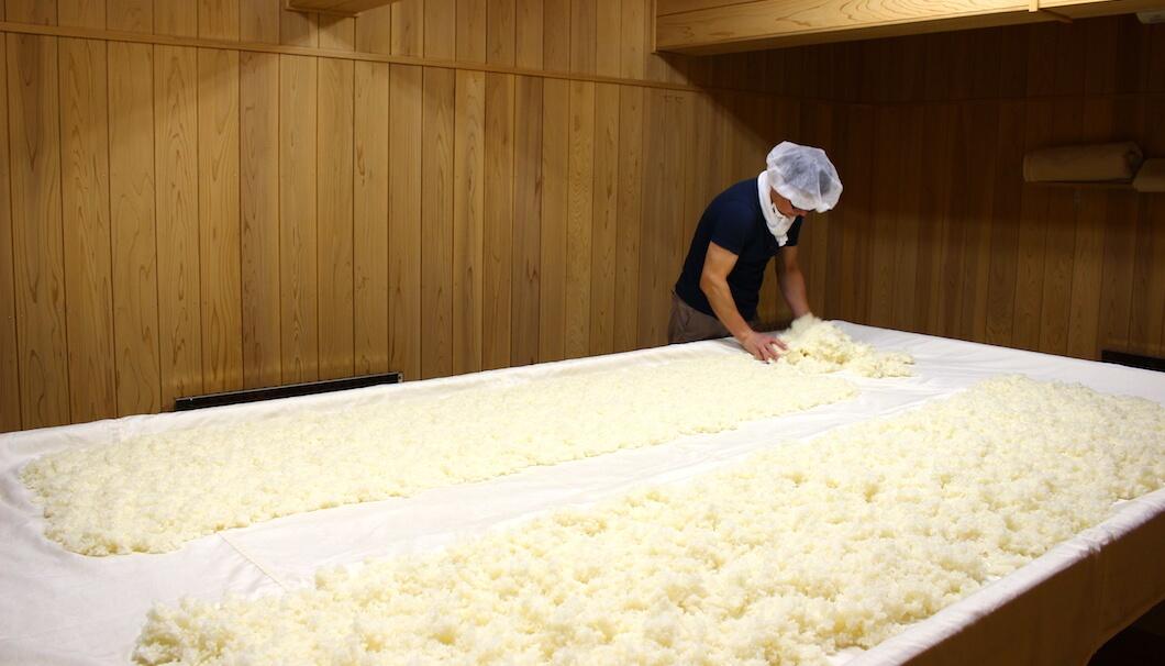 茨城・日立酒造の長岡杜氏による麹づくりの様子