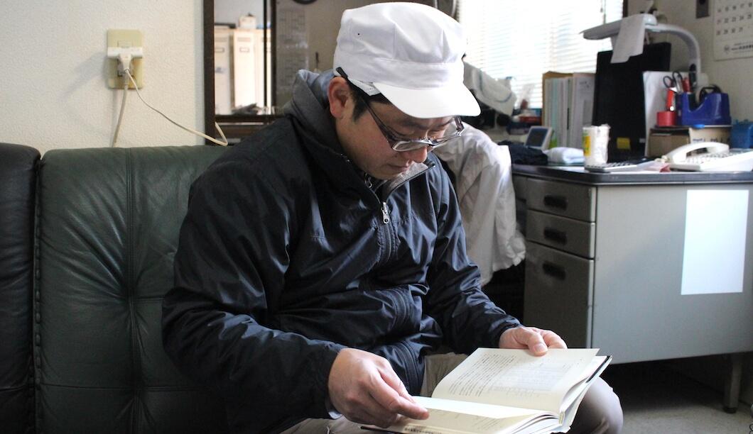 農大時代の教科書をながめながら、生酛について語る長岡杜氏