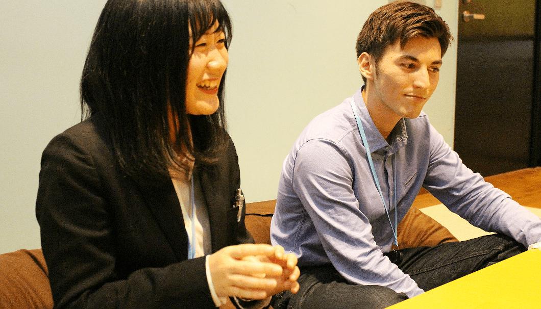 日本酒の話で盛り上がる渡邊義さんと國弘遥さん