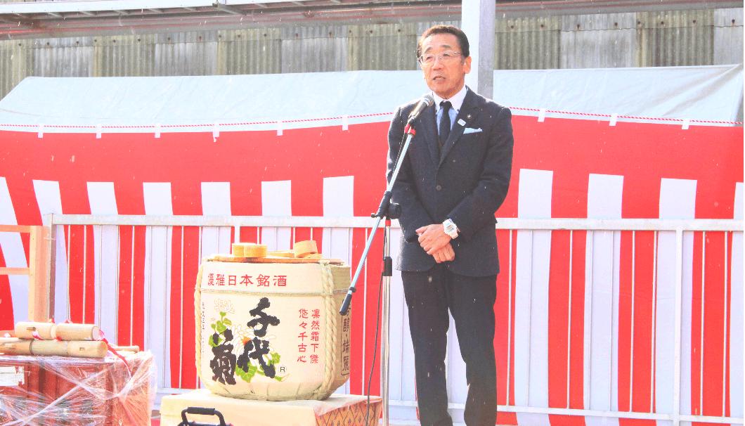 千代菊の鏡開き前に挨拶をする松井市長