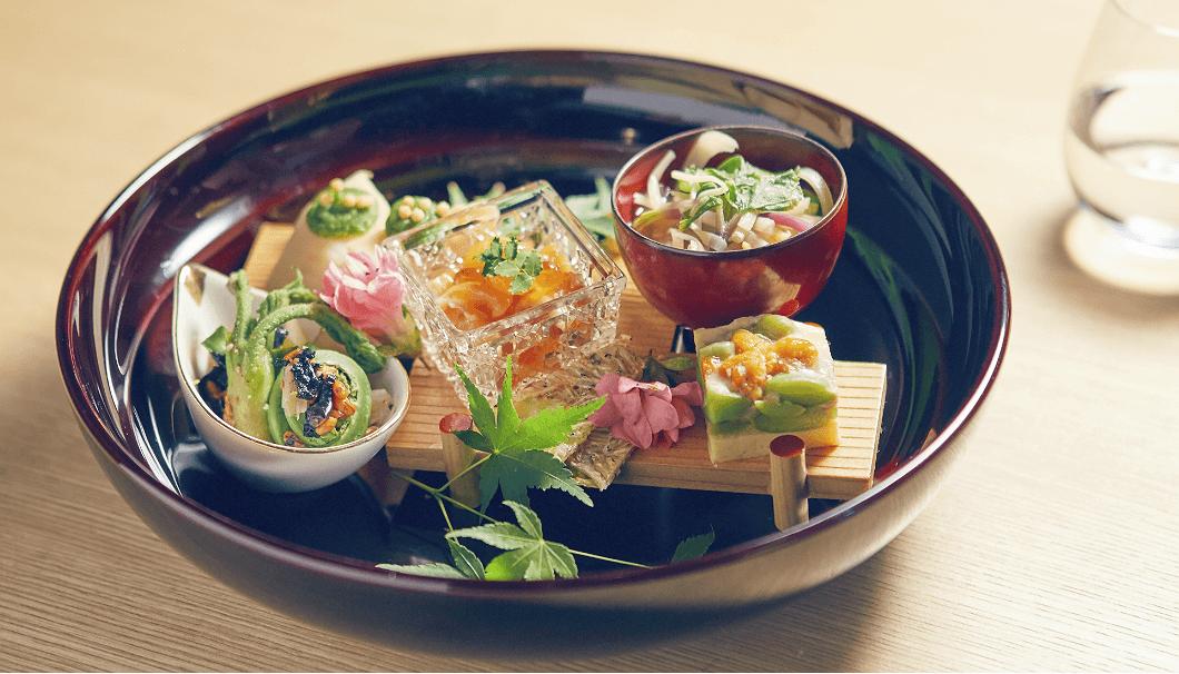 前菜は、鮭親子和えや山菜、天豆うに寄せなどの5種盛り合わせ