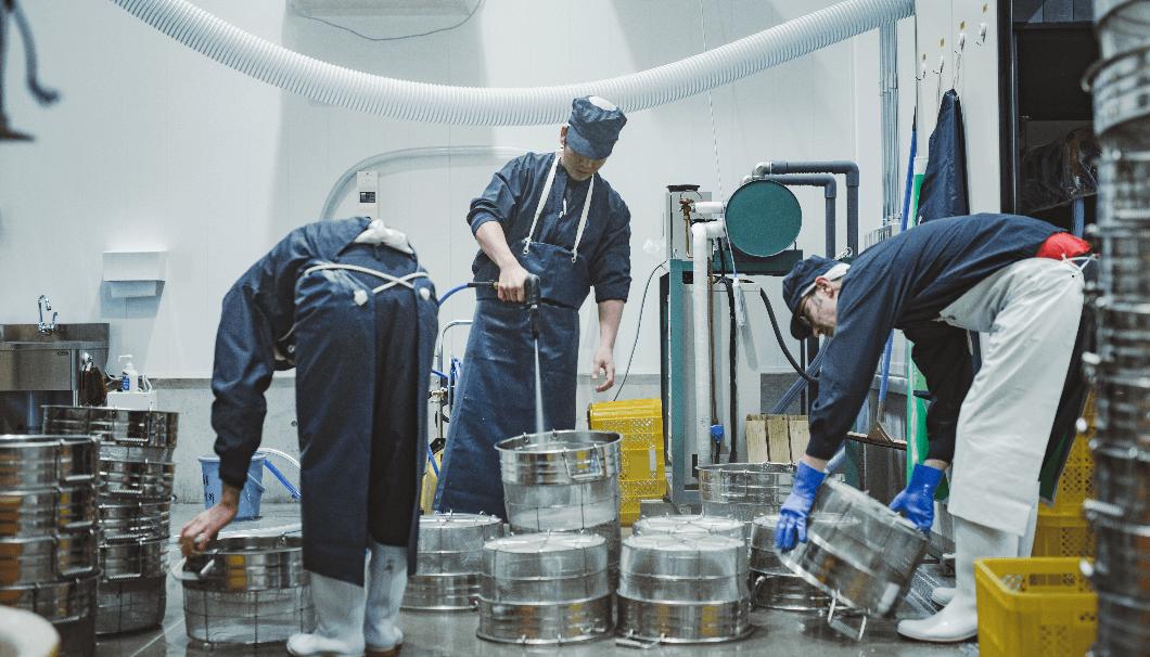 農口直彦研究所で醸造用品を洗っている写真