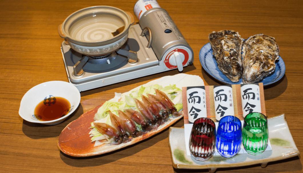 新宿歌舞伎町にある居酒屋、うまいもんの本店で撮った日本酒とホタルイカの写真