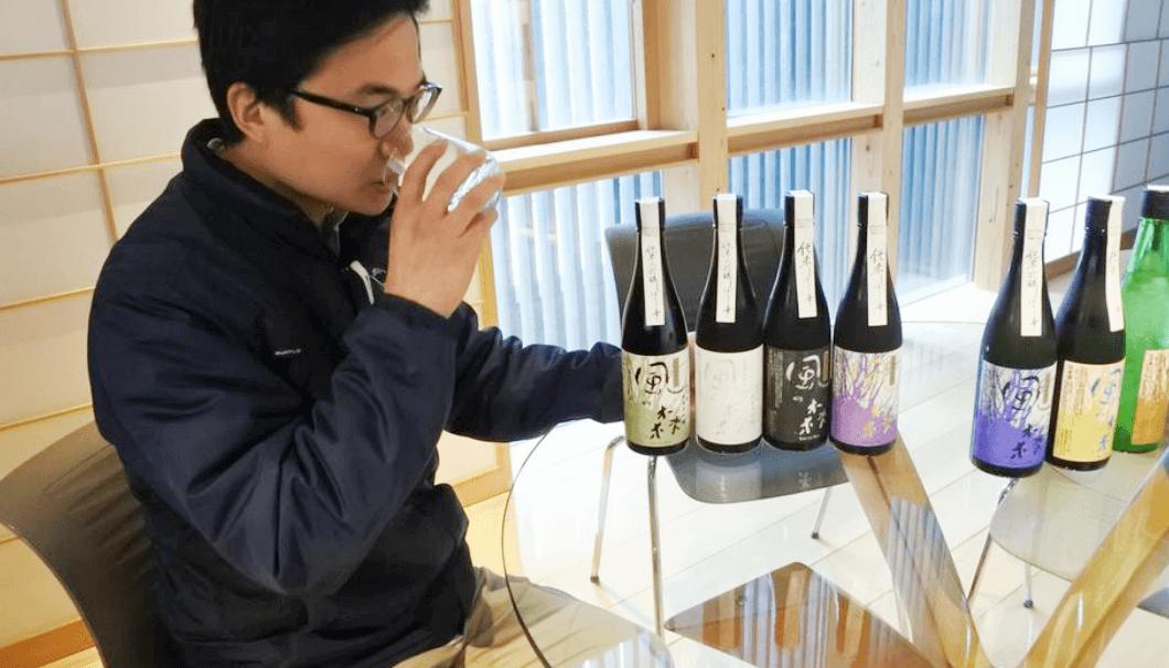 油長酒造の山本さんが風の森を飲んでいる写真