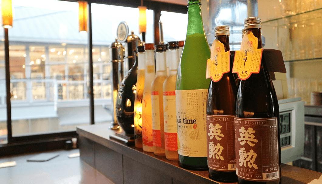 カウンターに並べられた「英勲 本醸造 京の珀」