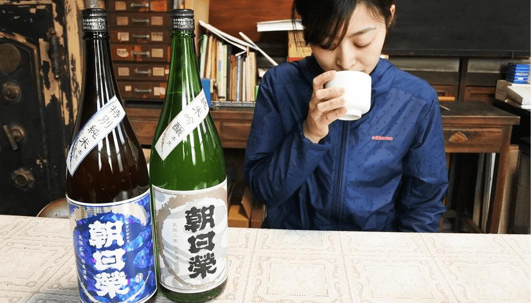 「朝日榮」を試飲する相良沙奈恵さん