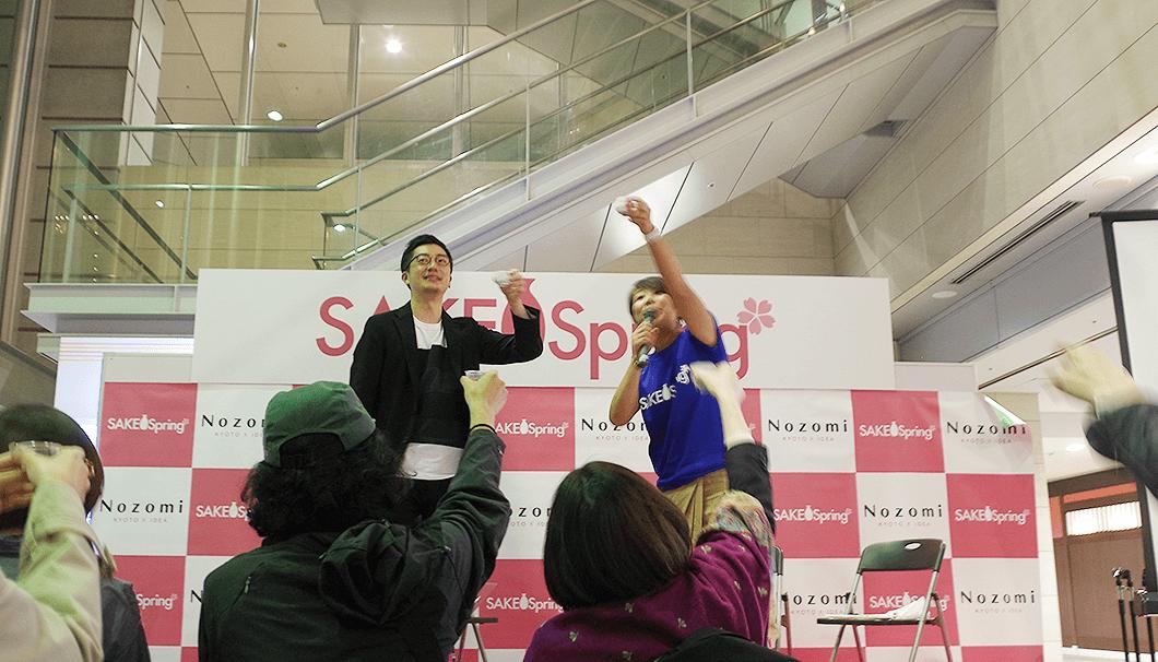 「SAKE Spring 品川 2018」で乾杯をするSAKETIMES代表の生駒さん