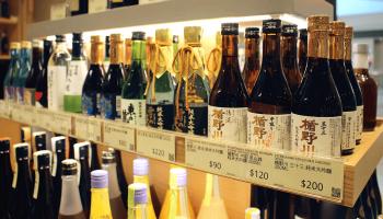日本酒のボトルが並んでいる写真