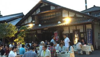 〜創業340年の酒蔵で日本酒と地元の食材を楽しむ夕べ〜 「ひやガーデン」のイメージ画像(屋外に設置されたテーブルで和やかにお酒と食事を楽しんでいる写真)