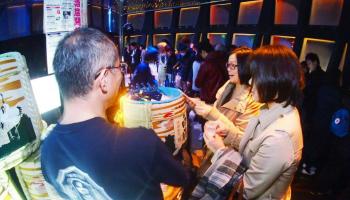 今年で開業55周年を迎える神戸ポートタワーの展望フロアで5月27日(日)、『KOBE SAKE TOWER 003』のイメージ画像。女性が酒樽を前に笑顔の写真