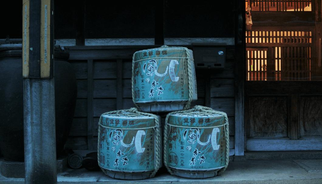 油長酒造「風の森」の酒樽が並んでいる写真