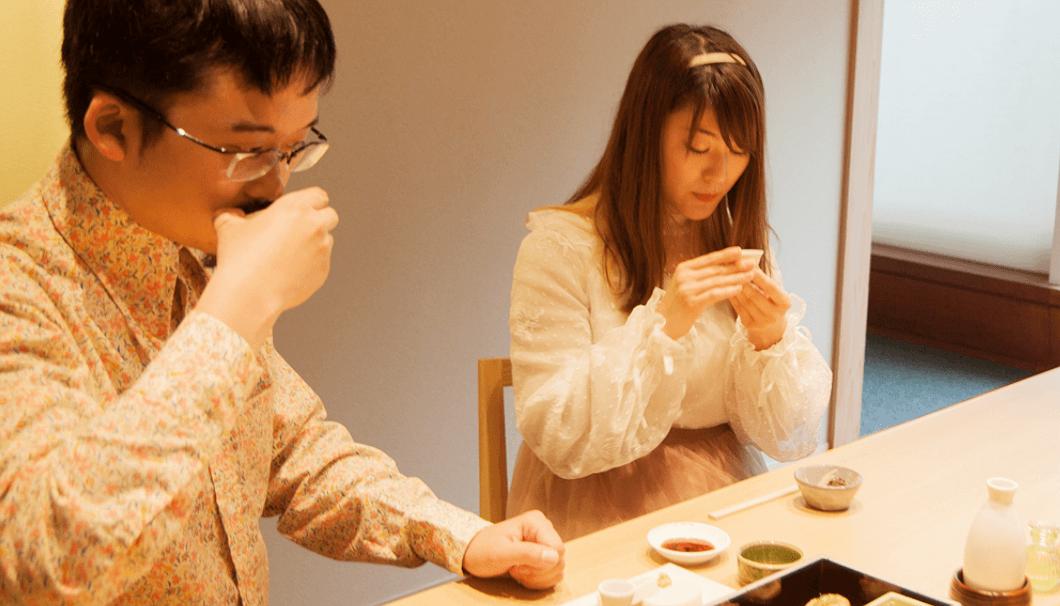 日本酒をいただく「日本酒女子会」主宰・氏家エイミーさんと「SAKETIMES」編集長・小池潤