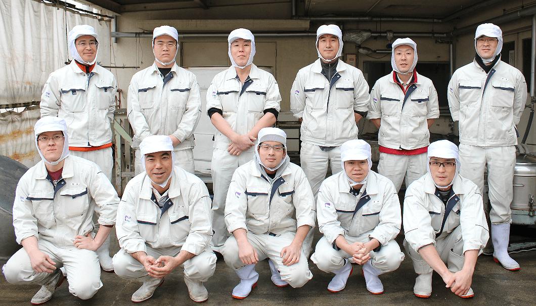 沢の鶴で造りを担当する11人の造り手。少量仕込みも、大量仕込みも、全てこの11名で仕込む