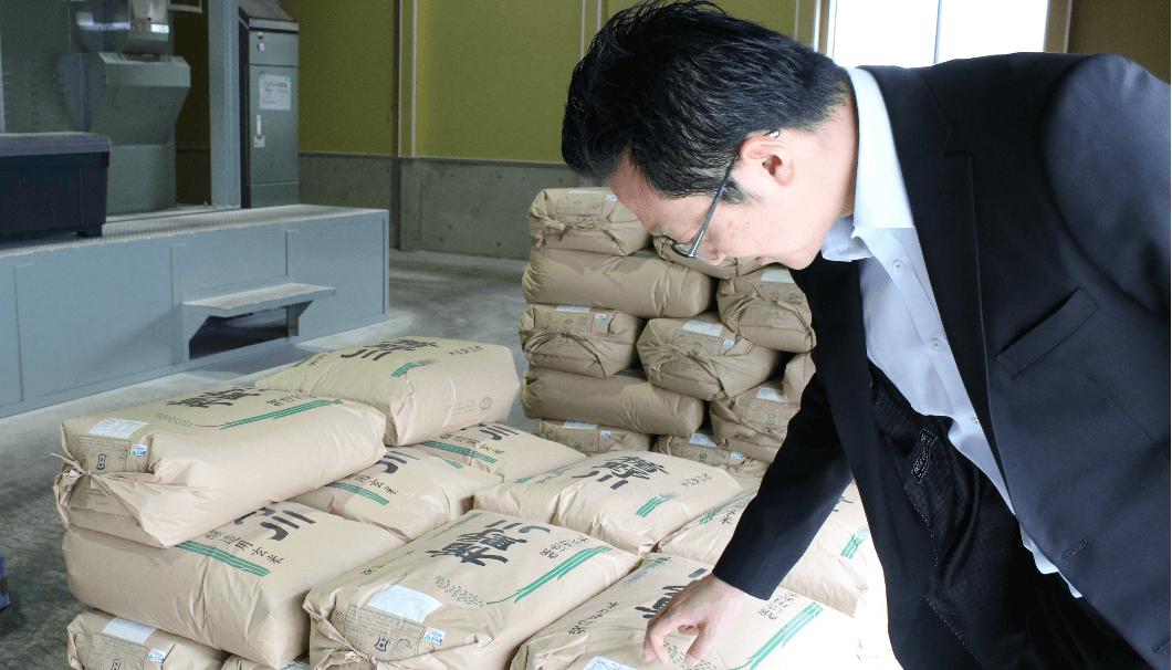 佐藤社長が契約栽培米について語っている写真