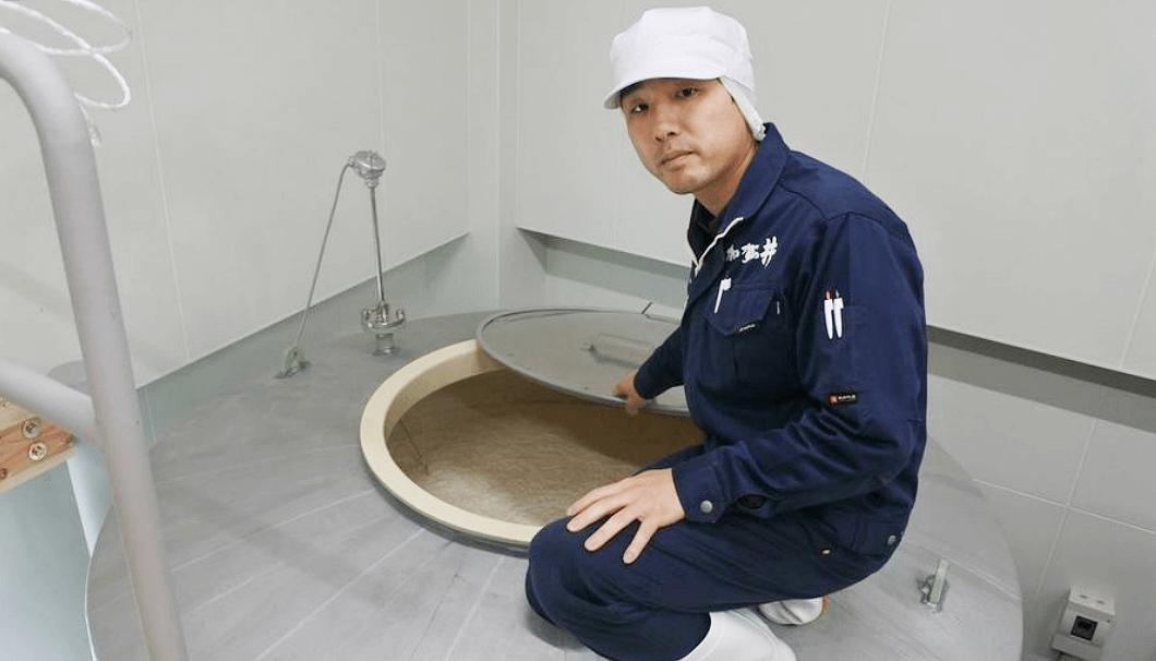タンクの様子をみる加賀の井酒造の蔵元・小林大祐さん