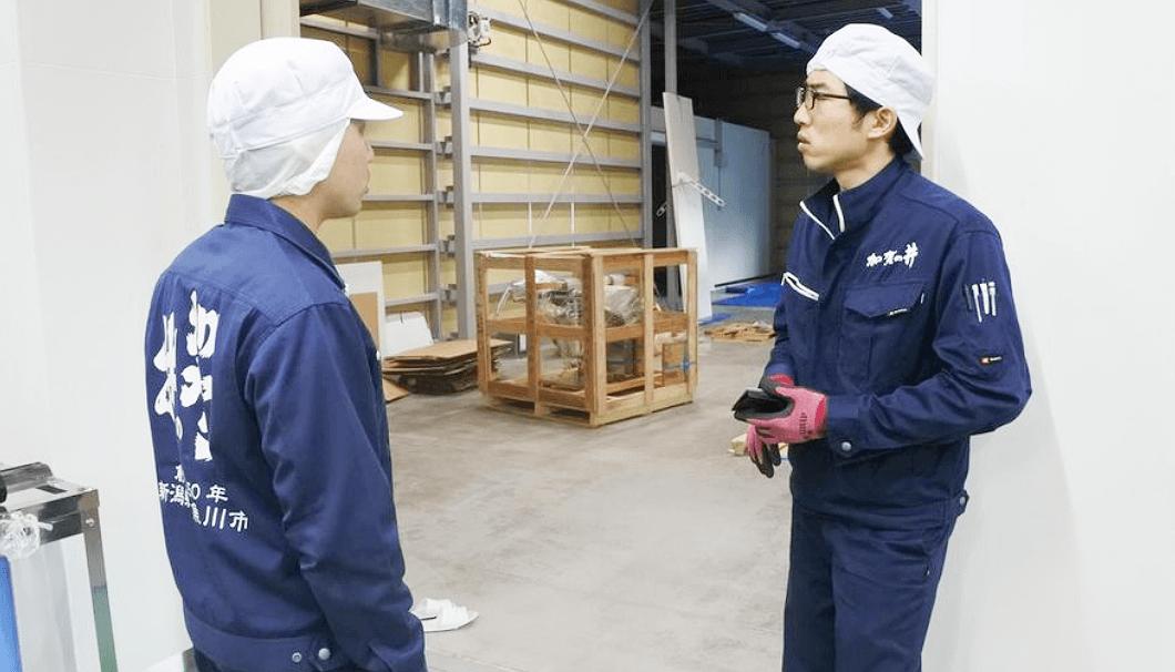 酒造りの段取りを確認する加賀の井酒造の蔵元・小林大祐さん(左)と久洋さん(右)