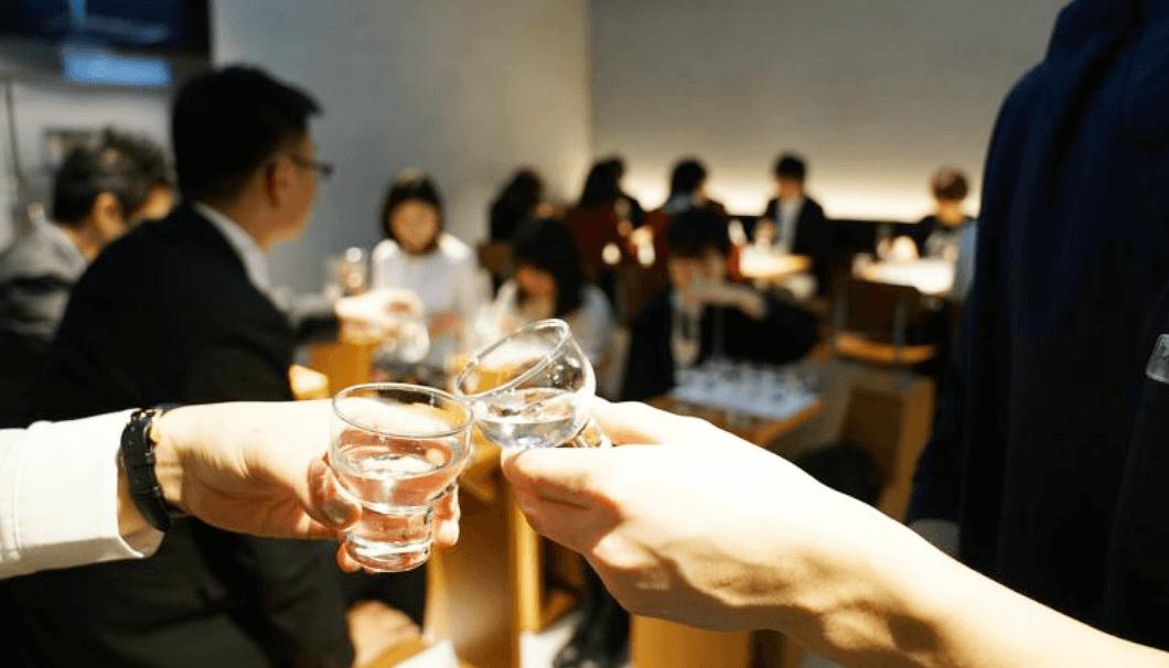 グラスのお猪口で乾杯