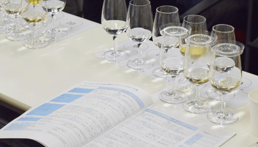 利き酒師のテキストとテイスティング用の日本酒の写真