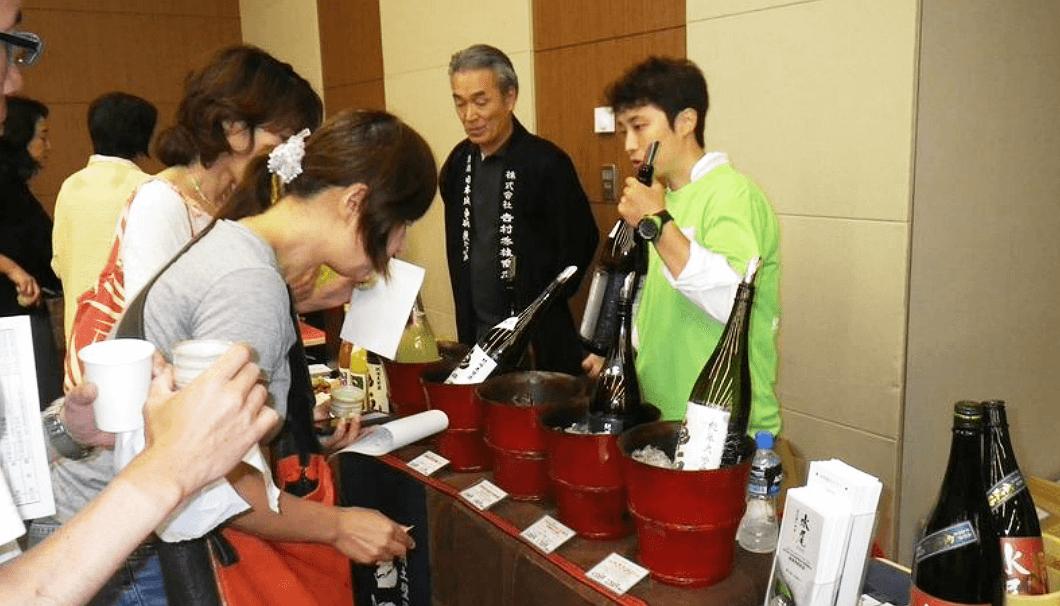 試飲会で商品を説明する藤田晶子さん