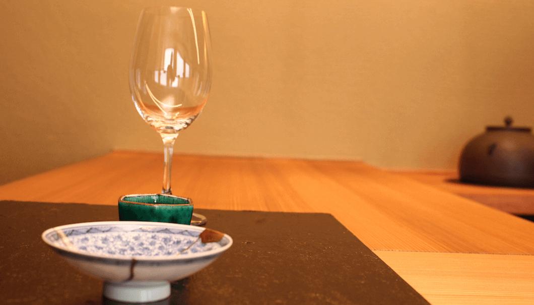 ふしきので提供される酒器とワイングラス