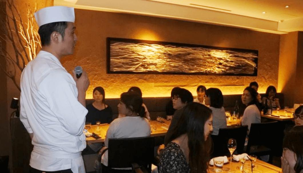 LDHkitchen料理長がイベント当日に話している写真