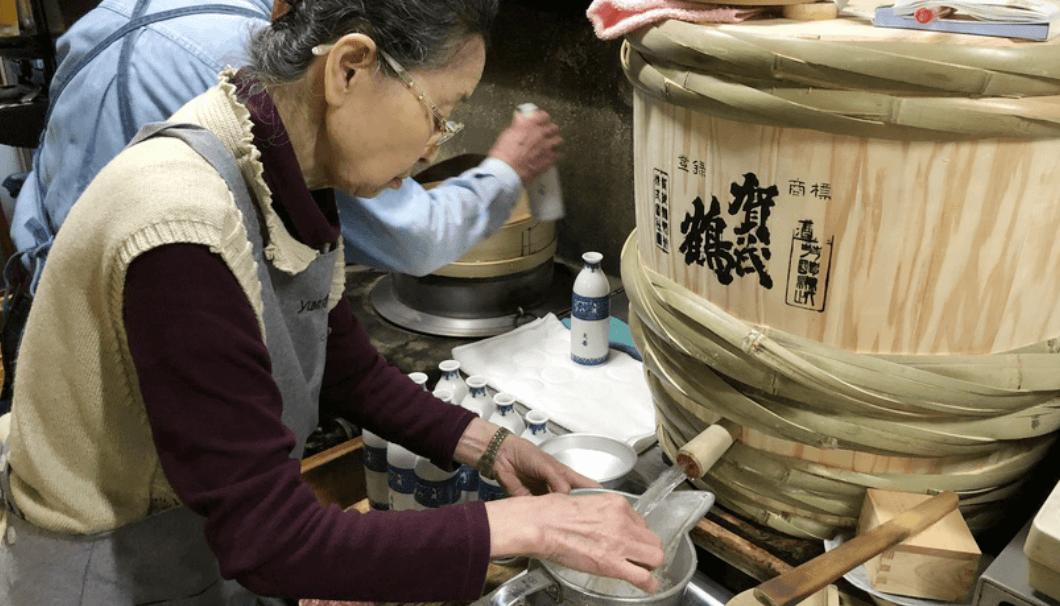名古屋「大甚」のおかみさんが燗をつけている写真