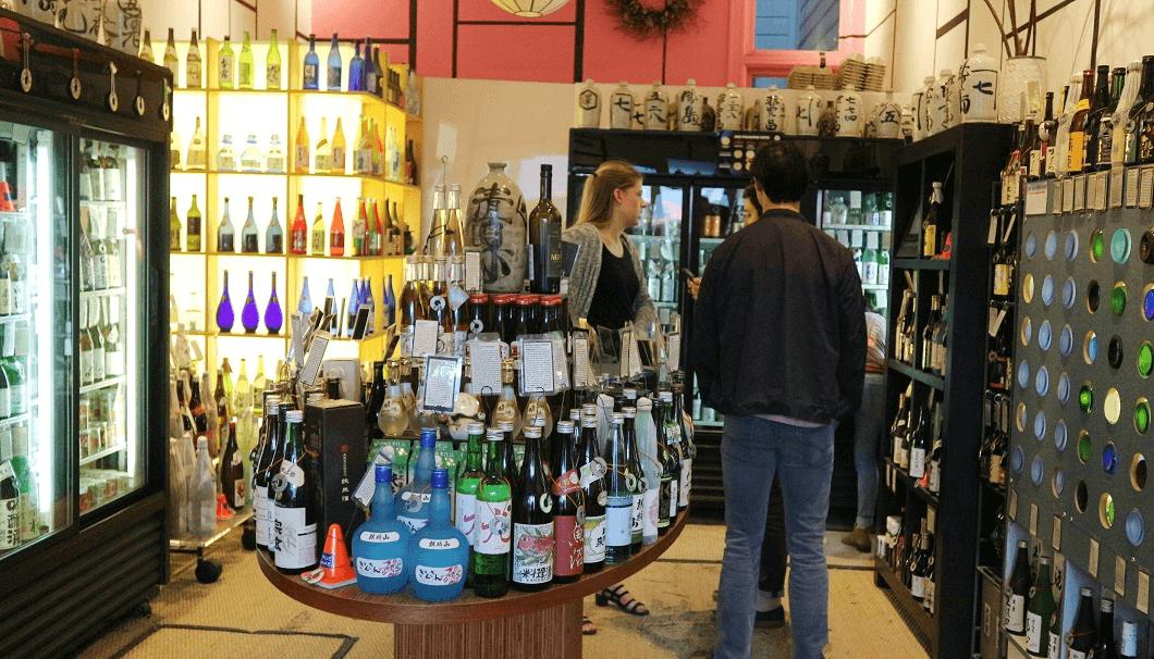 Hayes Streetにある日本酒専門小売店「True Sake」の店内の写真