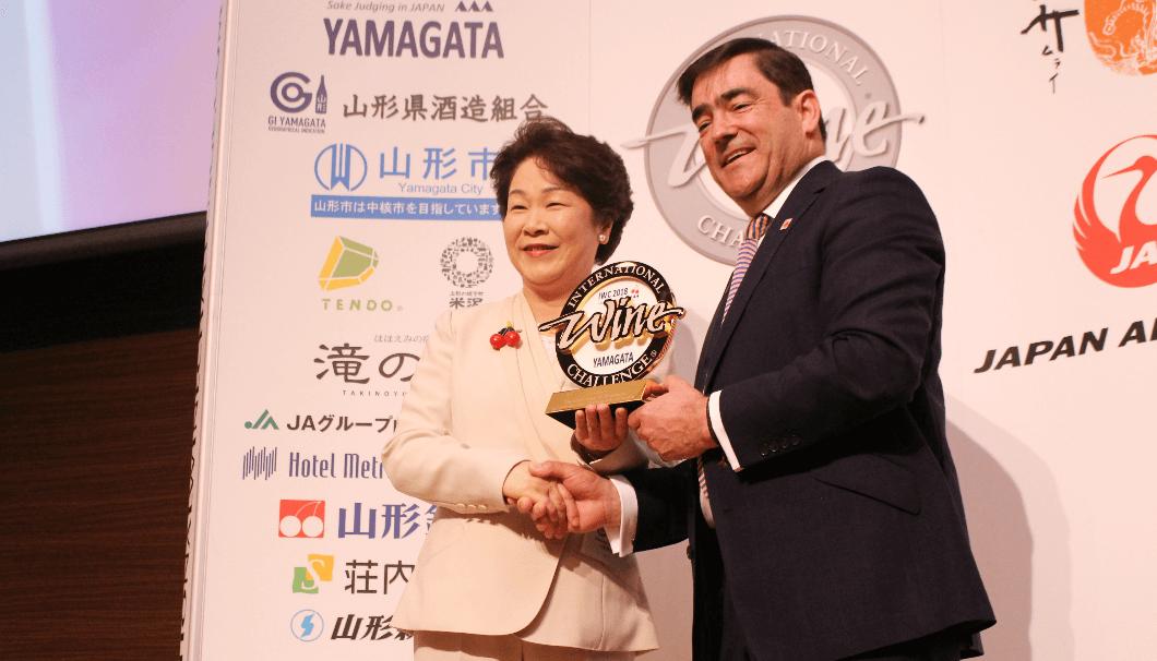 吉村美栄子山形県知事(左)とウィリアムリード・ビジネスメディア社アンドリュー・リード社長(右)