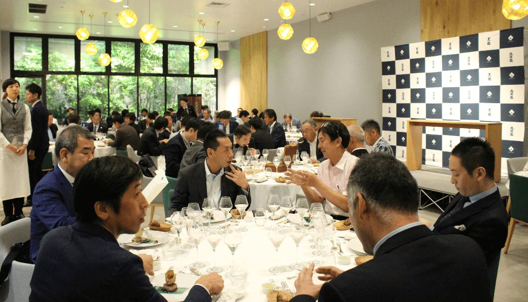 談笑しながらバスク料理を食べる参加者