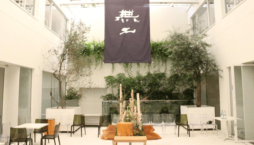 エネコ東京の中庭に大きく掲げられた無二のタペストリー