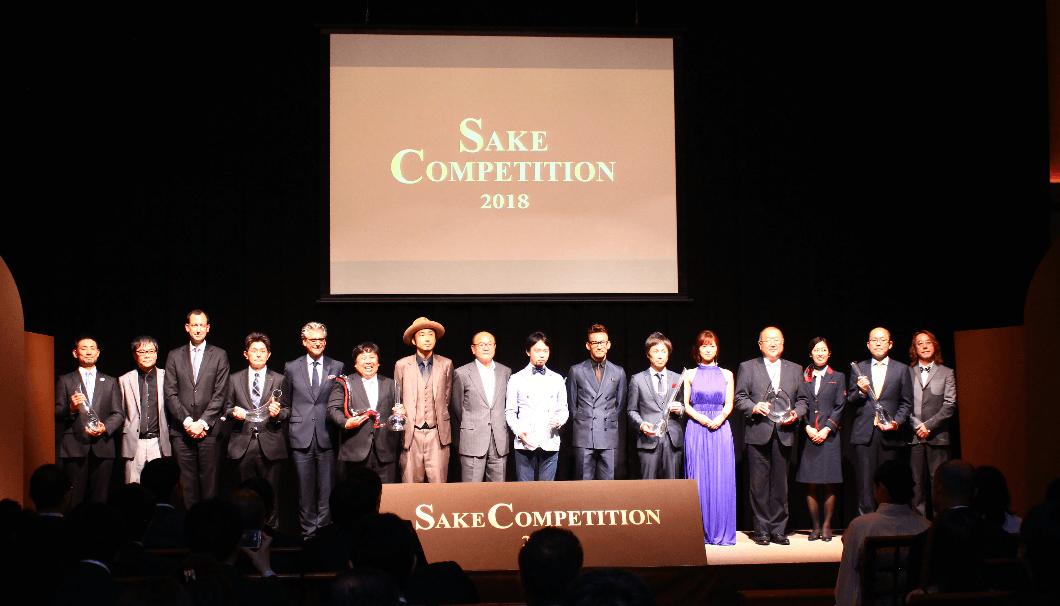 「SAKE COMPETITION 2018」の会場、ステージに上位入賞酒の蔵元が並ぶ様子