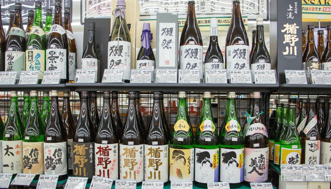 セブンイレブン津田沼店の陳列棚に並ぶ日本酒