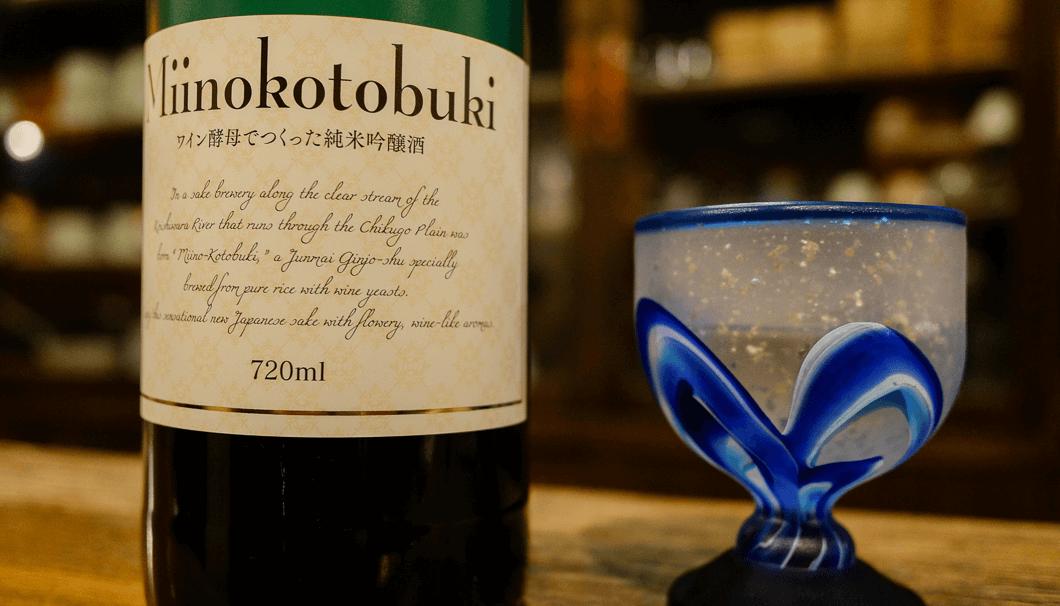 三井の寿 ワイン酵母で造った純米吟醸酒のボトルとグラスの写真