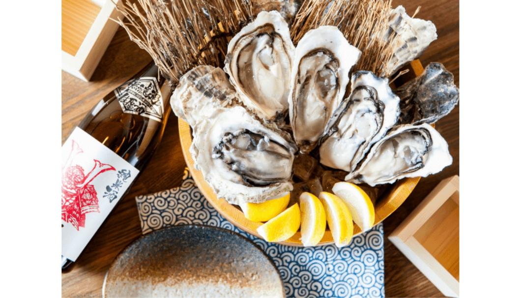 生牡蠣とレモンの写真