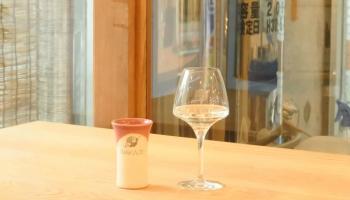 東京・三軒茶屋で醸造所とバー「Whim Sake & Tapas」、カウンターの上でグラスに入った日本酒の写真